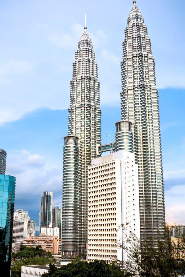 De Tweelingtorens van Petronas in het de eerste avondlicht royalty-vrije stock fotografie