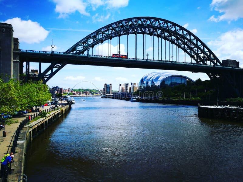 De de Tyne-brug en de Wijze muziekzaal stock foto