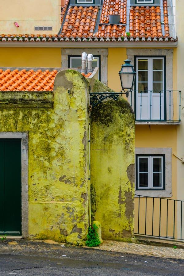 De typische bouw in het Alfama-district, Lissabon royalty-vrije stock afbeeldingen