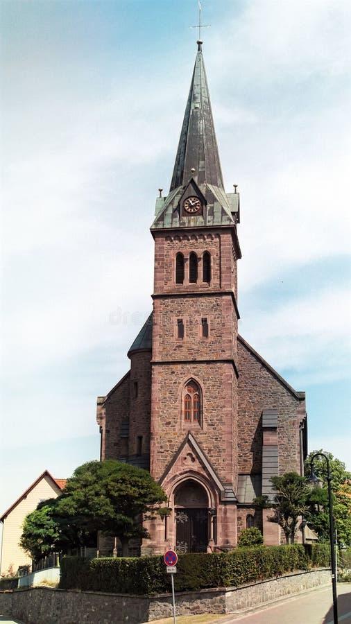 De typische katholieke kerkbouw in een kleine stad in Duitsland stock afbeeldingen