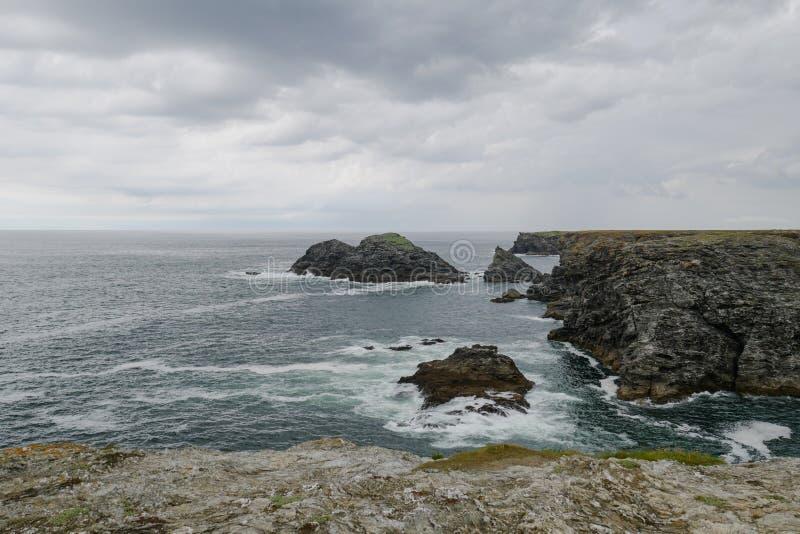 De typische kustlijn van Bretagne met grijze bewolkte hemel en reusachtigheid van de Atlantische Oceaan royalty-vrije stock afbeeldingen