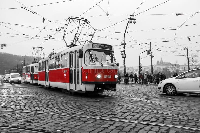 De typische rode tram in Praag royalty-vrije stock afbeelding