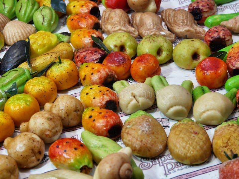 De typische Siciliaanse gebakjes van Fruttamartorana van amandeldeeg die in vruchten en groenten worden gevormd stock foto