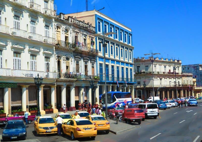De typische straat van Havana met lokale ondernemingen en de huizen worden gevestigd royalty-vrije stock fotografie