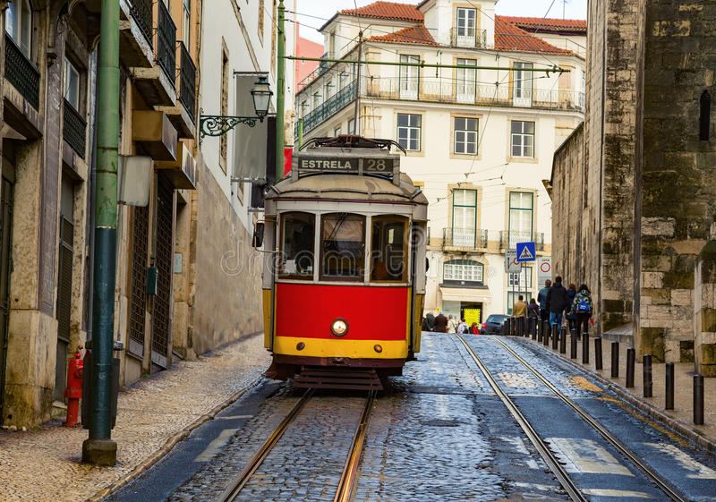 De typische tram in Lissabon stock afbeeldingen