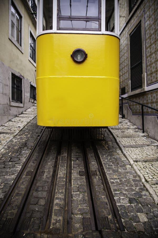 De typische Tram van Lissabon stock afbeeldingen