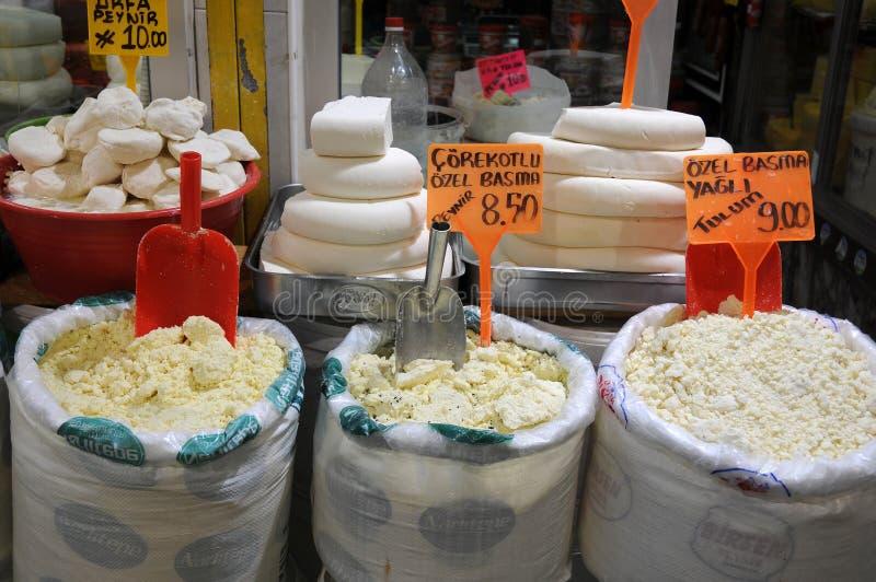 De typische Turkse voorverkoop van de geitkaas in een bazaar stock foto's