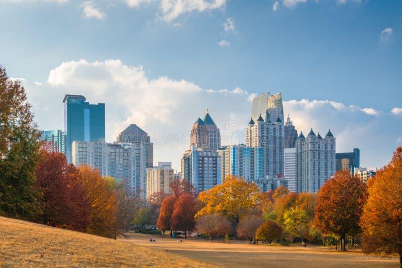 De uit het stadscentrum horizon van Atlanta, Georgië, de V.S. van Piemonte-Park in de herfst stock foto