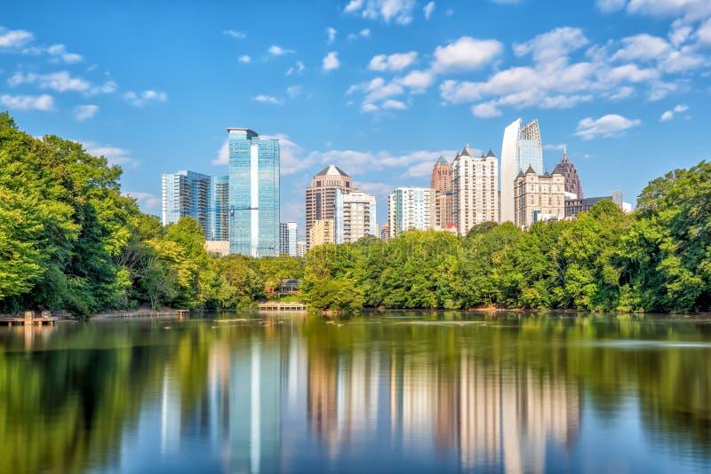 De uit het stadscentrum horizon van Atlanta van het park stock afbeeldingen