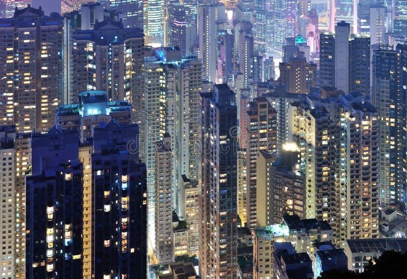 De uit het stadscentrum horizon van de stad bij dark royalty-vrije stock foto's