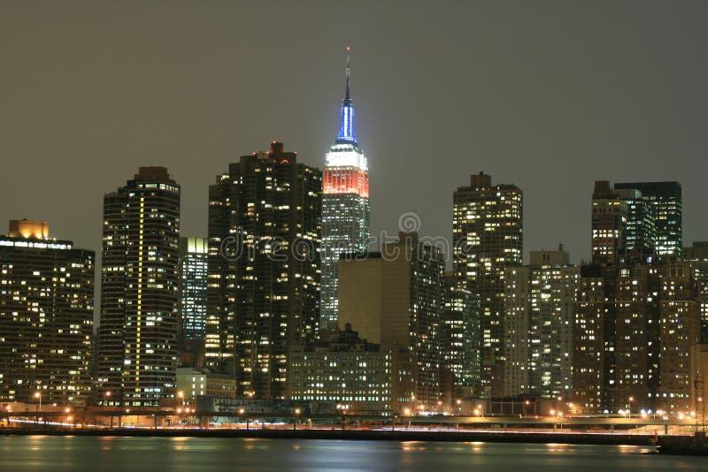 De uit het stadscentrum horizon van Manhattan bij de Lichten van de Nacht, NYC stock foto's