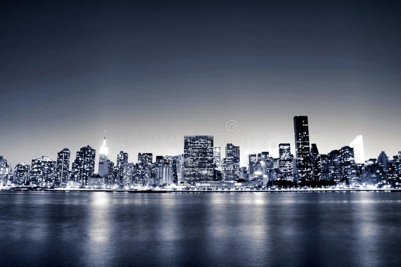 De uit het stadscentrum horizon van Manhattan bij Nacht stock foto