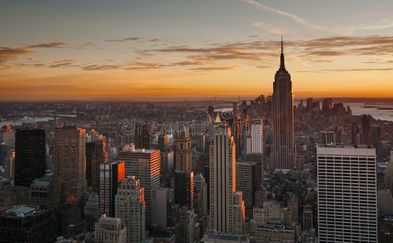 De uit het stadscentrum horizon van Manhattan bij zonsondergang royalty-vrije stock afbeeldingen