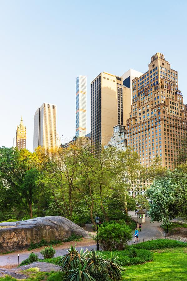 De uit het stadscentrum horizon van Manhattan in het Central Parkoosten bij zonsondergang NYC stock afbeeldingen