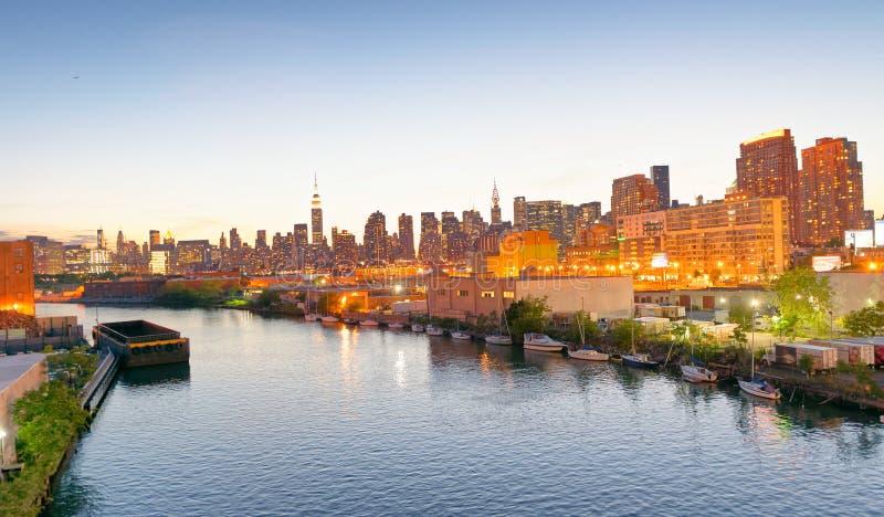 De uit het stadscentrum Rivier van Manhattan en van het Oosten bij zonsondergang, de Stad van New York stock afbeeldingen