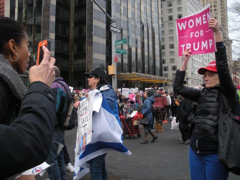 De uitdaging van een Troefverdediger, Vrouwen voor Troef, Vrouwen ` s Maart, NYC, NY, de V.S. royalty-vrije stock foto's