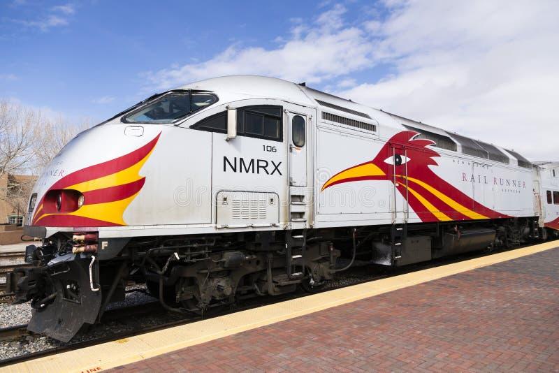 De Uitdrukkelijke motor van de spooragent met distinctief rood en geel die de vogelontwerp van de wegagent in railyardpost wordt  royalty-vrije stock afbeeldingen