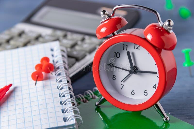 De uiterste termijn van het tijdbeheer Tijd die het Grafische werk tellen Uiterste termijnen voor het werk Haal aan een bepaalde  royalty-vrije stock foto's