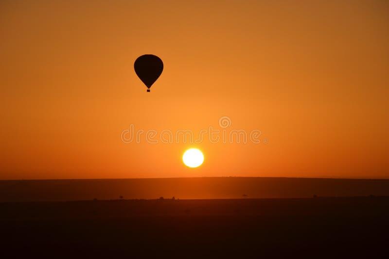 De uitgaande stijging van de brandballon royalty-vrije stock afbeeldingen