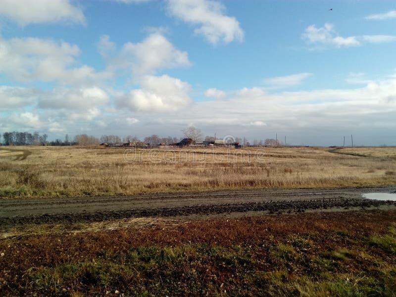 De uitgestrektheid van Rusland de herfst koel Oktober November September na een regen het Russische gebieden Russische dorp in de royalty-vrije stock afbeelding