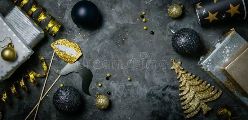 De uitnodiging van de Kerstmispartij - zilveren, gouden en zwarte decoratie stock foto's