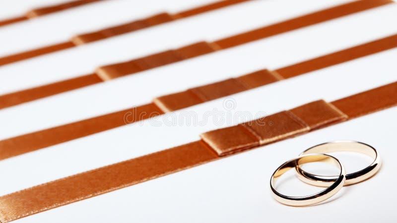 De uitnodigingen van het ivoorhuwelijk met ringen royalty-vrije stock afbeelding