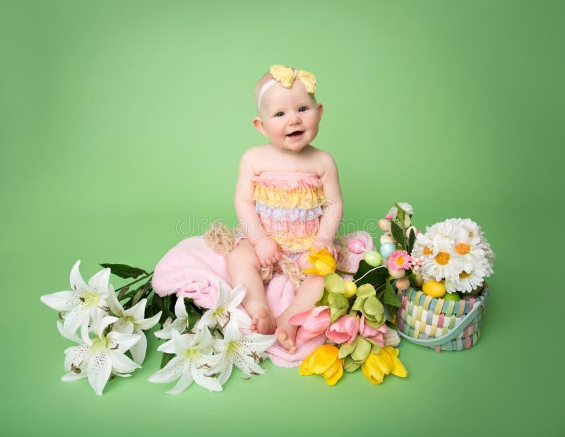 De uitrusting van babypasen, met Eieren en Bloemen stock foto