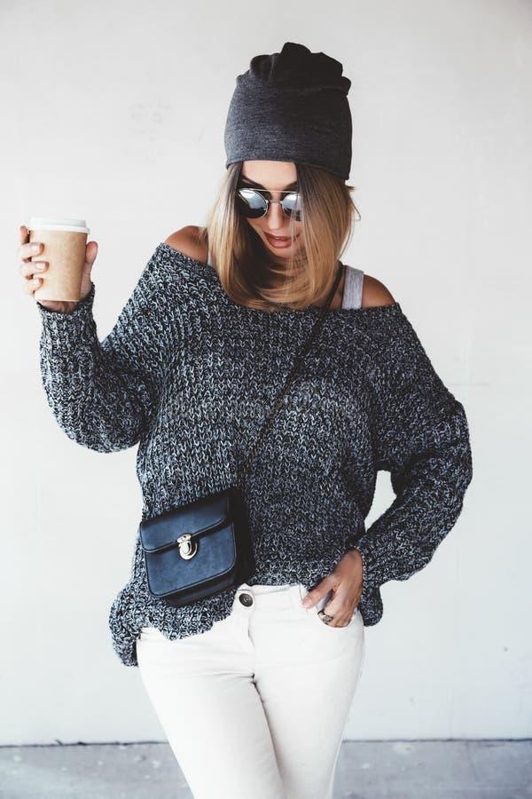 De uitrusting van het Hipstermeisje stock foto's