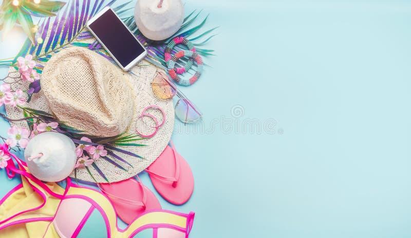De uitrustingstoebehoren van het de zomerstrand Meisjesreeks De hoed van het vrouwenstro, zwempakbikini, wipschakeling, zonnebril stock foto's