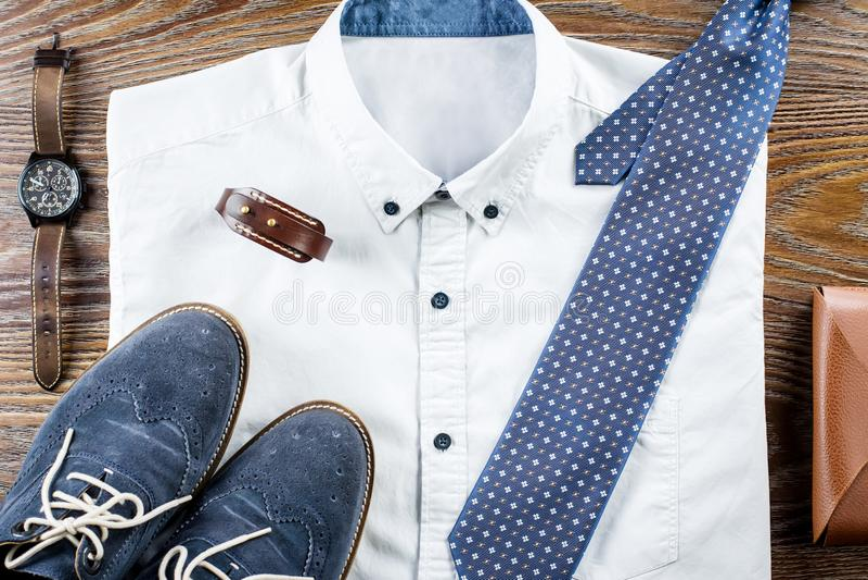 De uitrustingsvlakte van mensen` s legt de klassieke kleren met formele overhemd, band, schoenen en toebehoren stock foto