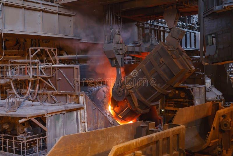 De uitsmelting van het metaal in de gieterij, Fabrieksarbeider neemt een steekproef voor metaal royalty-vrije stock foto's