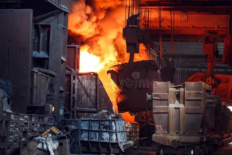 De uitsmelting van het metaal in de gieterij, Fabrieksarbeider neemt een steekproef voor metaal royalty-vrije stock fotografie