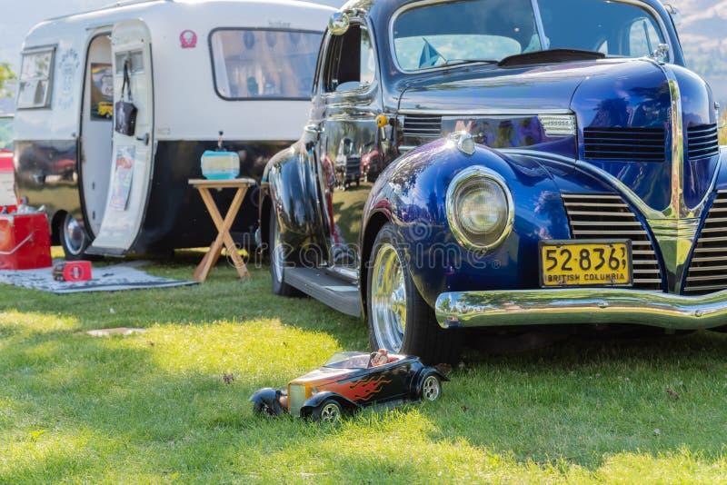 De uitstekende auto en kampeerautoaanhangwagen op vertoning bij auto toont royalty-vrije stock afbeelding