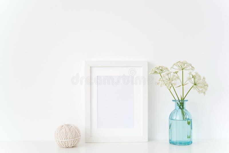 De uitstekende binnenlandse spot van de portreta4 affiche omhoog met een de zomer kruidengerard stock foto