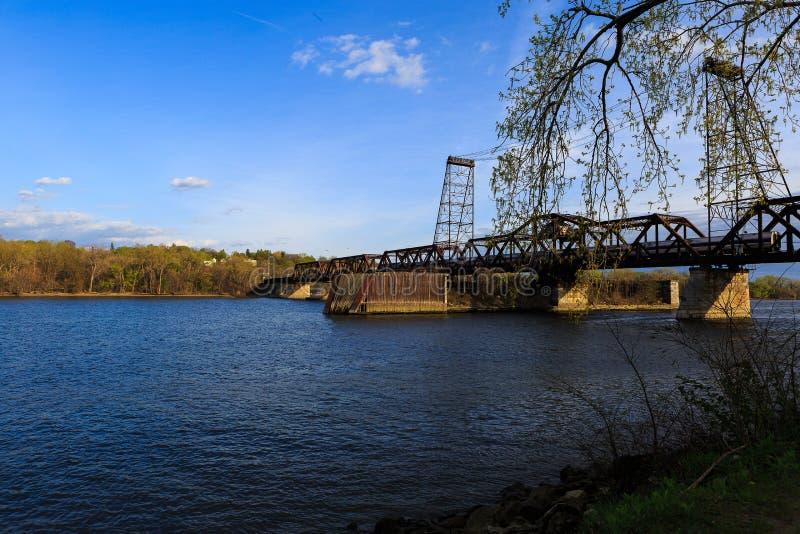 De uitstekende brug van de metaalspoorweg over Hudson River buiten NY van Albany stock afbeelding