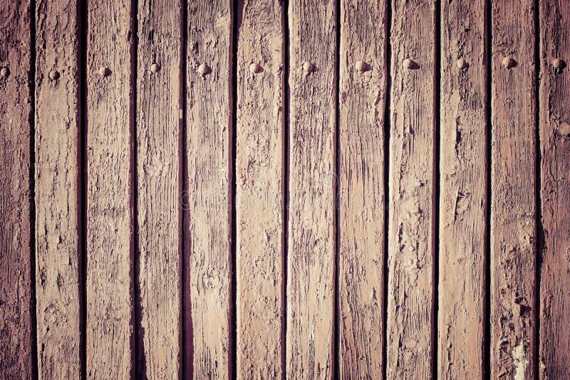 De uitstekende bruine houten achtergrond van de muurplank stock afbeeldingen