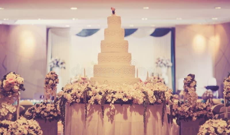 Download De Uitstekende Cake Verfraait Voor Huwelijksceremonie Stock Afbeelding - Afbeelding bestaande uit up, paar: 54080675