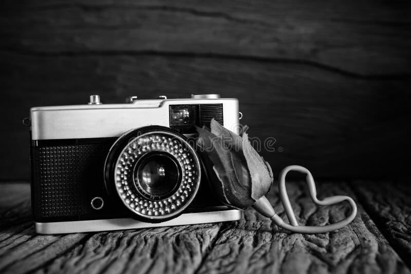 De uitstekende camera met nam in zwart-witte filter toe stock afbeeldingen
