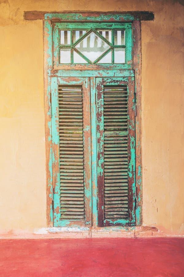 De uitstekende deur en het venster van het stijl oude oude huis stock fotografie