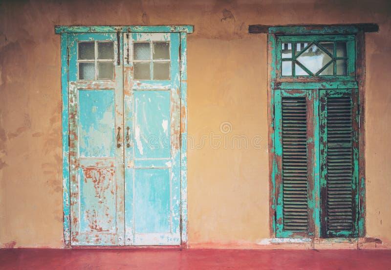 De uitstekende deur en het venster van het stijl oude oude huis stock foto's