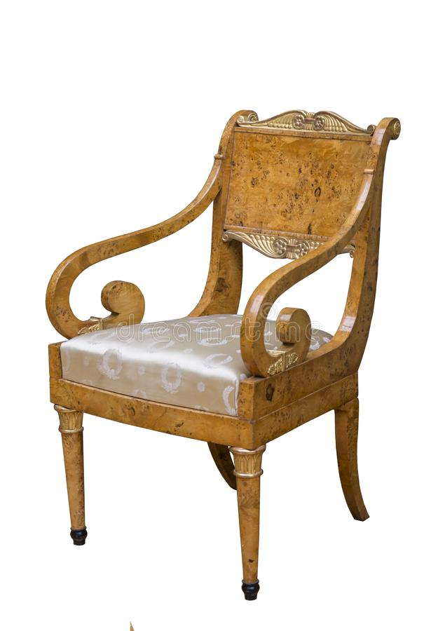 De uitstekende elegante donkere houten stoel met een zetel maakte in zijde op een witte achtergrond in orde stock foto's