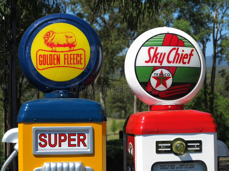 De uitstekende emblemen van het benzinepompbedrijf stock afbeeldingen