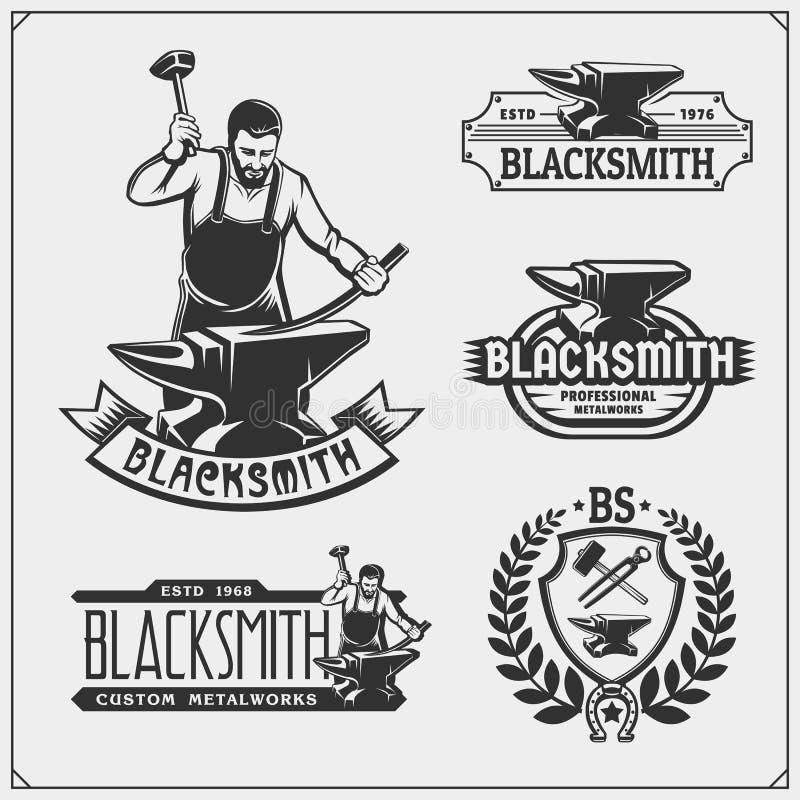 De uitstekende emblemen voor smeden Smidsetiketten, kentekens en ontwerpelementen royalty-vrije illustratie