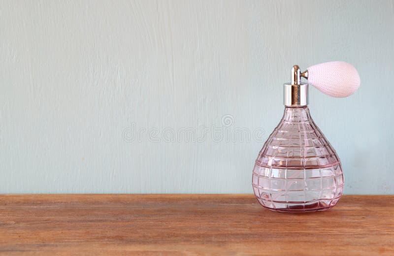 De uitstekende fles van het antigueparfum, op houten lijst royalty-vrije stock foto