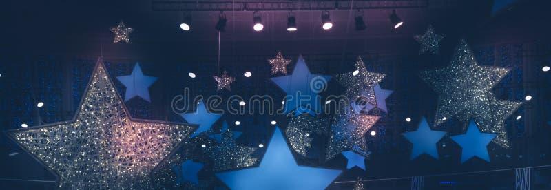De uitstekende glanzende sterren geven schijnwerperssoffits nacht gestalte tonen de achtergrond van stadiumprestaties met gradiën royalty-vrije stock afbeeldingen