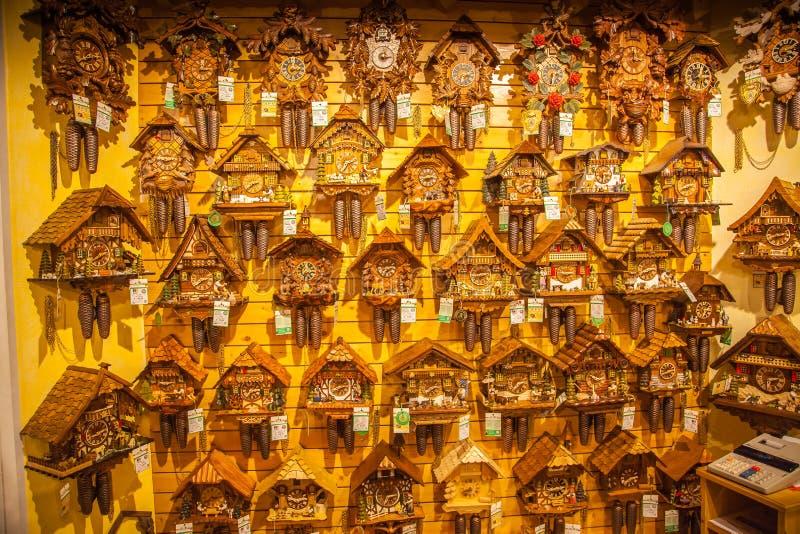 De uitstekende houten koekoek klokt muur, Triberg royalty-vrije stock afbeelding