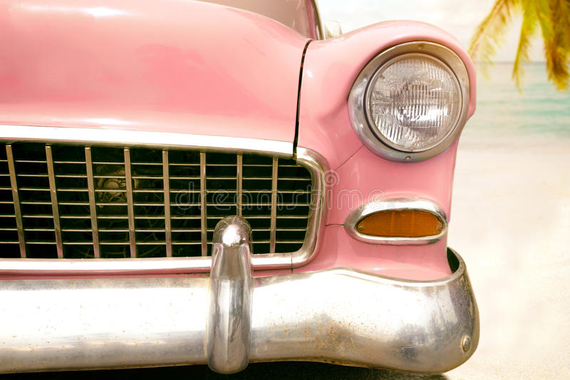 de uitstekende klassieke auto parkeerde zijstrand in de zomer stock fotografie
