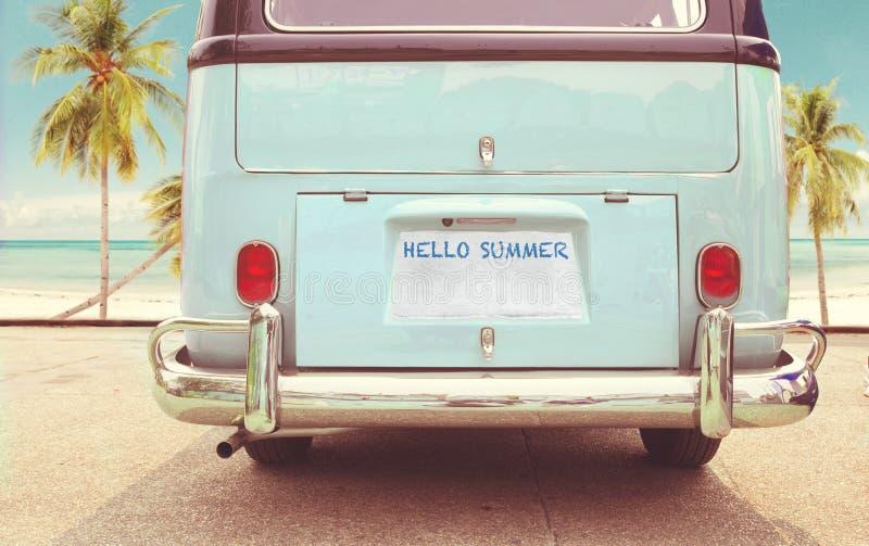 De uitstekende klassieke bestelwagen parkeerde zijstrand in de zomer stock afbeeldingen