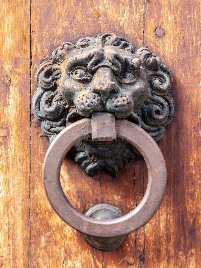 De uitstekende kloppers van de metaaldeur op oude houten deur royalty-vrije stock afbeeldingen