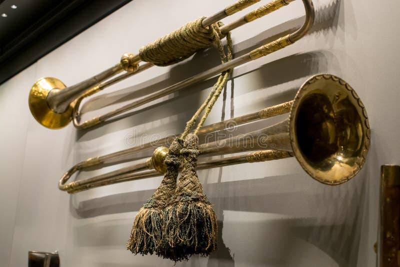 De uitstekende kopertrompetten hangen op muurclose-up royalty-vrije stock foto's